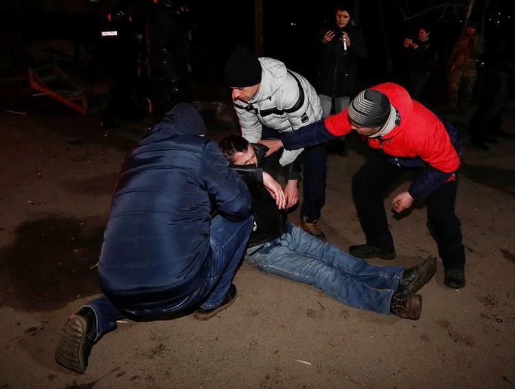В результате столкновений пострадали 9 полицейских и один гражданский