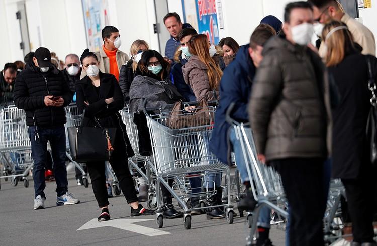 В воскресение жители северных итальянских городов нарушили свои традиции и ринулись в супермаркеты