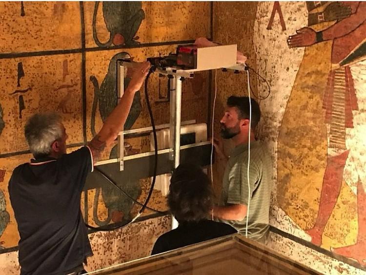 """Археологи """"просвечивают"""" стену георадаром."""