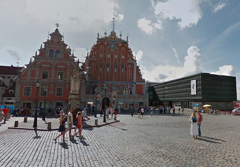 Музей оккупации в Латвии устраивают со вкусом - в бывшем Музее красных латышских стрелков (черное здание справа). Зато в самом центре Риги - рядом со старой городской ратушей. Фото: Google