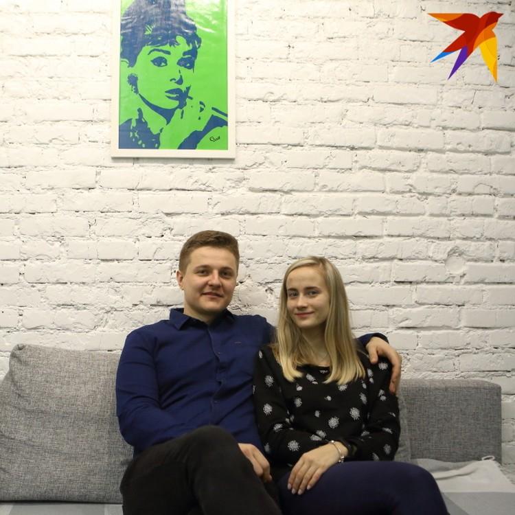 Игорь и Женя решили не прятать под штукатурку кирпичную стену, а только покрасить.