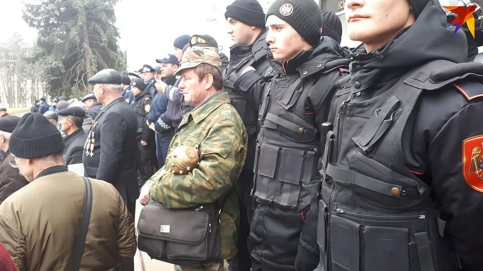 «Ты — провокатор!»: Комбатанты, штурмующие здание правительства в Кишиневе, напали на корреспондента «Комсомолки» за то, что тот говорит по-русски