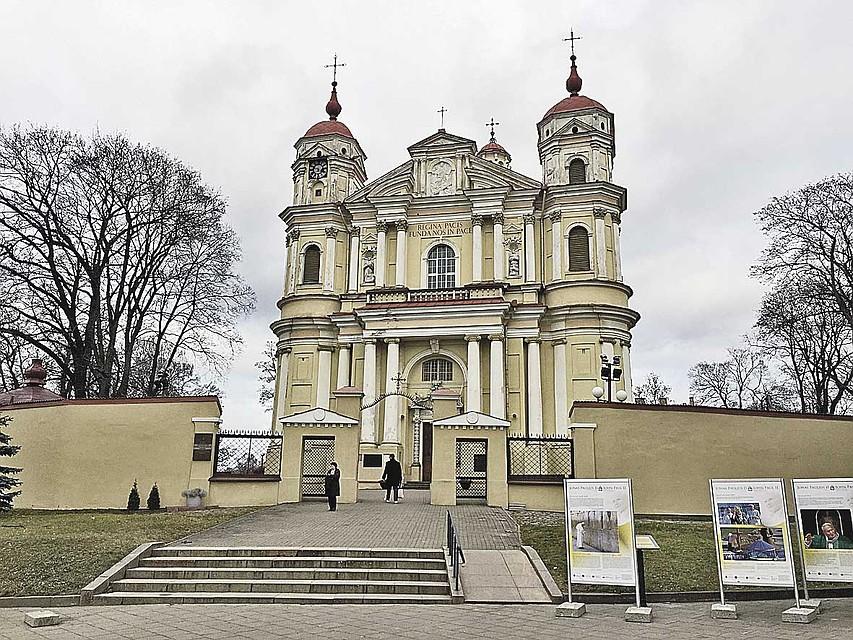 Костел Святых Петра и Павла в Вильнюсе. Внутри необычный барельеф. Фото: Елена КРИВЯКИНА