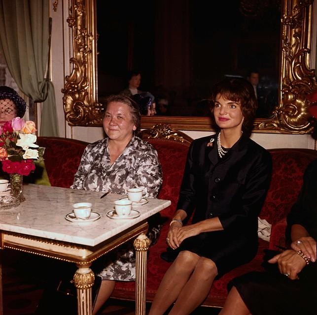 Рядом с Жаклин Кеннеди (справа) Нина Кухарчук казалась неотесанной колхозницей. Но она оказалась образованнее не только первой леди США, но и своего мужа - Никиты Хрущева. Фото: Getty Images.