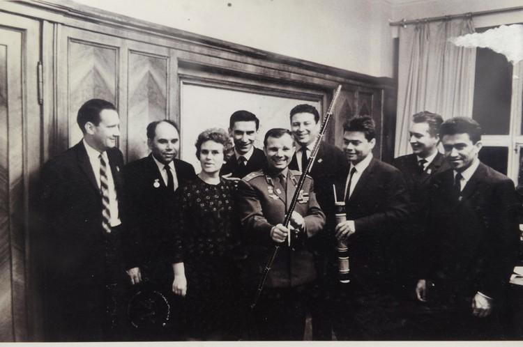 Василий Песков (второй слева) и Юрий Гагарин. Фото: Личный архив В. М. Пескова