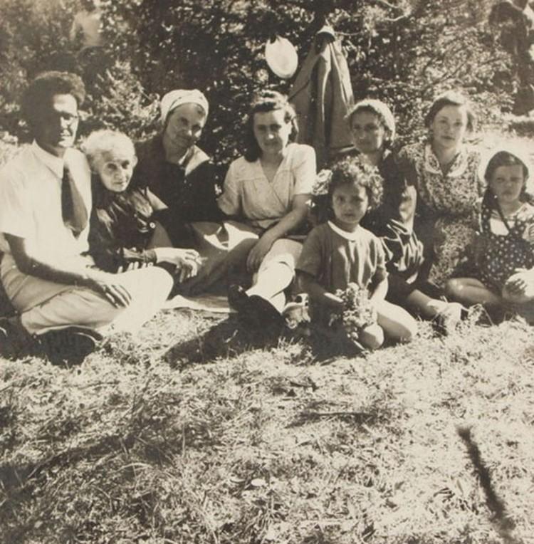 Лидия Воронцова с дочерью Леной (крайние справа). Фото: из архива Эстер Кравчик, енисейская ссылка.