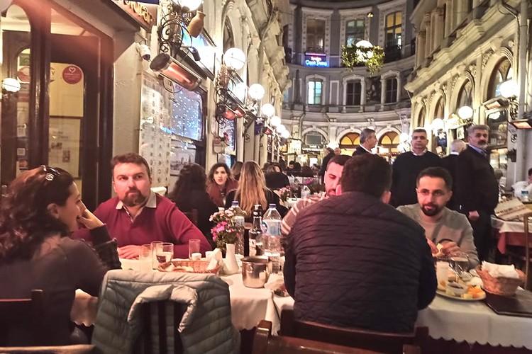 В Стамбуле жизнь кипит, в кафе и ресторанах людно.