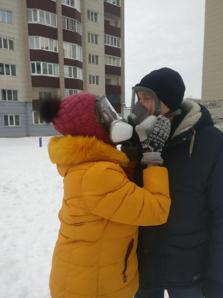 Дышать в таких масках сложнее. Зато на душе спокойнее. Фото: Галина ЮША.
