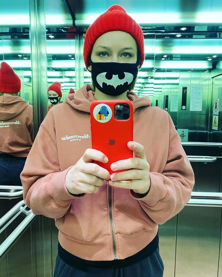 Такая маска, как у Юлии Пересильд, в ЦУМе стоит 6 тысяч рублей