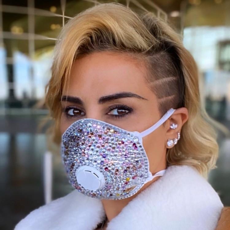Телеведущая Джоэль Мардиниан носит маску со стразами