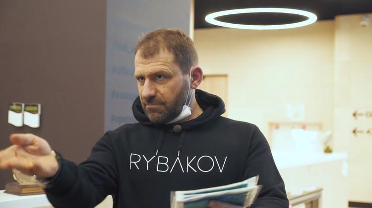 Бесплатную раздачу медицинских масок в Москве начал миллиардер Игорь Рыбаков.