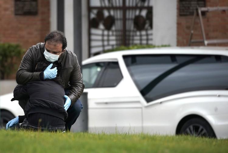 Во время похорон одной из жертв коронавируса.