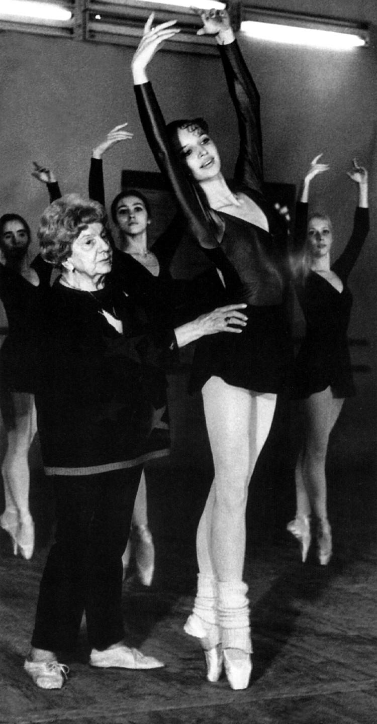 Юная Анастасия Волочкова постигает азы танца в балетном зале.