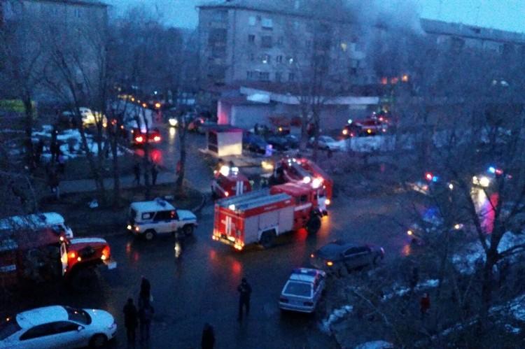 На месте работают пожарные и полиция. Фото: Чёрное&Белое Магнитогорск, vk.com