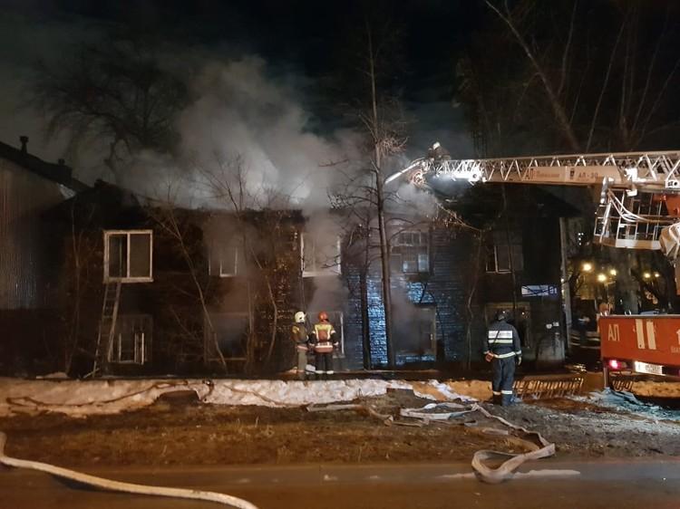 Прибывшие на место пожарные бригады увидели, что в доме полыхает кровля на площади 150 квадратных метров. Фото: СУ СКР