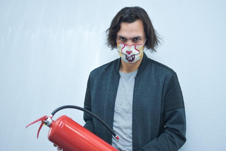 По мнению художницы, коронавирус такой же злой и коварный, как герой фильма «Оно». Но необходимо потушить панику вокруг него.