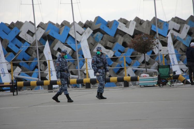 В защитных масках на набережной ходит только охрана