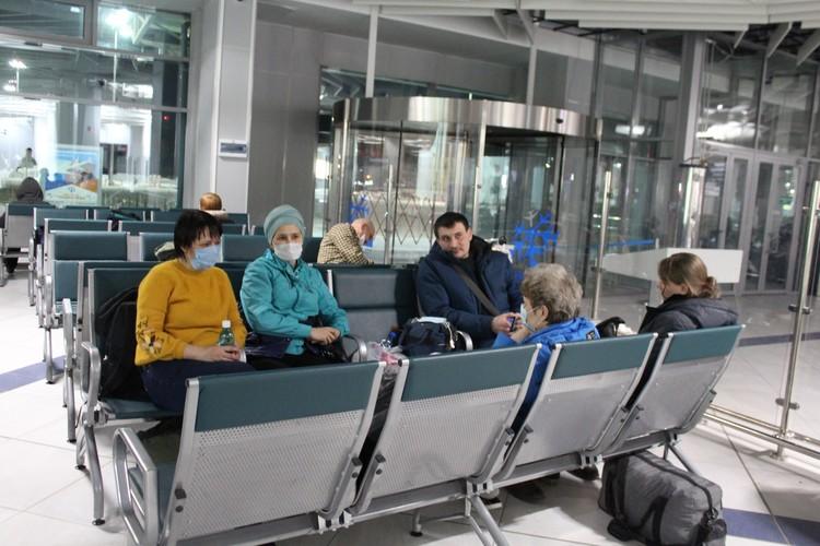 В «Толмачево» людям выдали маски и воду.