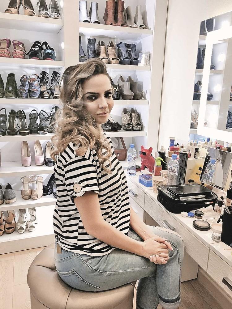 Актриса Марина Орлова в доме Юлии во время съемок фильма. И правда похожа на певицу! Фото: Первый канал.