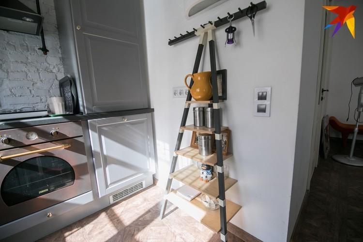 Этажерка, которую хозяйка использует для хранения кухонной утвари, хотя она предназначена для прихожей.