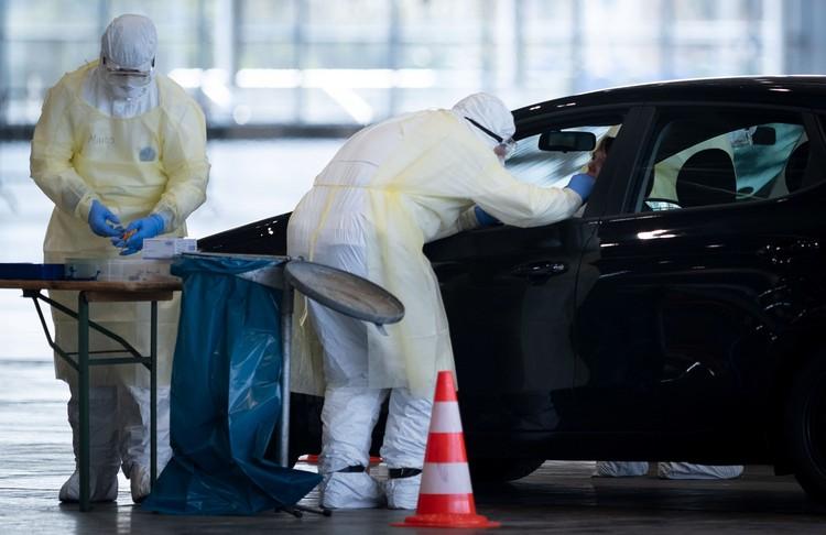 Сдать анализ на коронавирус в Германии можно не выходя из машины.