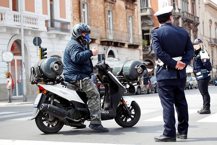 B Италии те, кто получил предписание не выходить без разрешения на улицу, за нарушение карантина могут отправиться под арест