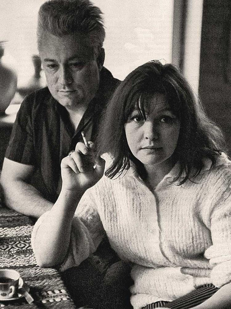 1960 г. Юрий Нагибин со своей пятой женой - Беллой Ахмадулиной. Они прожили вместе девять лет. В своих «Дневниках» писатель рассказал, что расстались они из-за смелых сексуальных экспериментов поэтессы. Фото: Семейный архив Ю. Нагибина.
