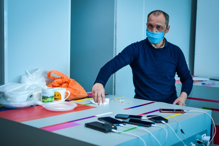 Несмотря на экстремальные условия жизни, мужчины поддерживают чистоту за обеденным столом.