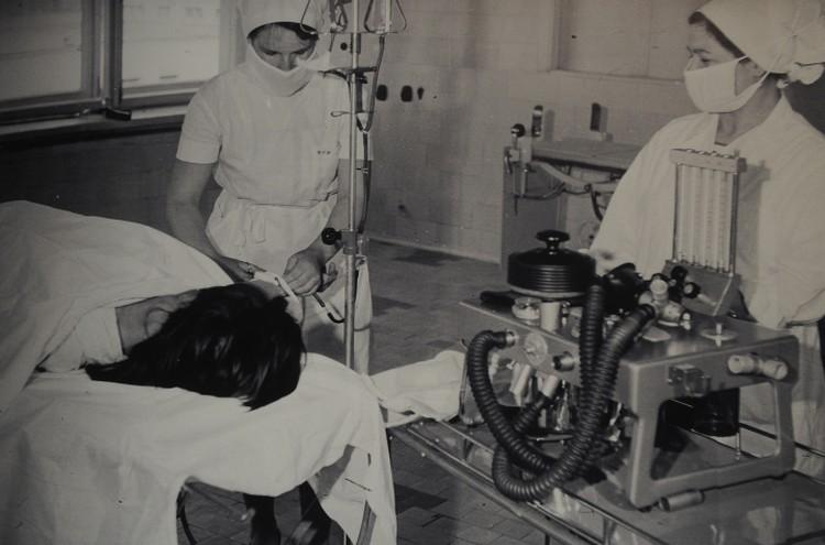 Снимок 70-х годов. Справа, кстати, показан аппарат искусственной вентиляции легких. Такой, какими они были 40 лет назад. Фото: архив Городской клинической больницы №40