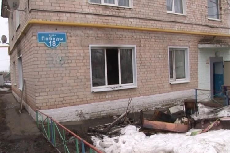 Огонь охватил комнату на первом этаже дома на улице Победы