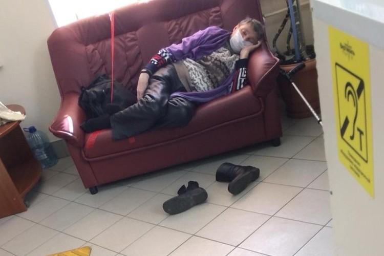 Оградительные ленты в поликлинике прикрепляют даже к диванам. Фото: предоставлено героем публикации
