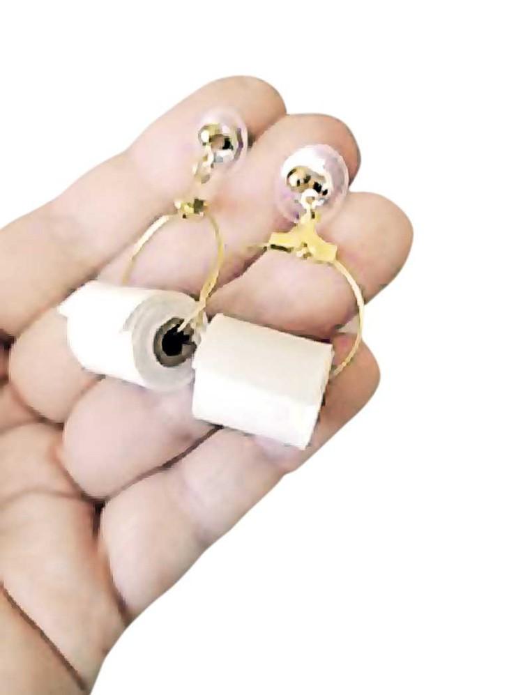 Серьги - рулончики туалетной бумаги.