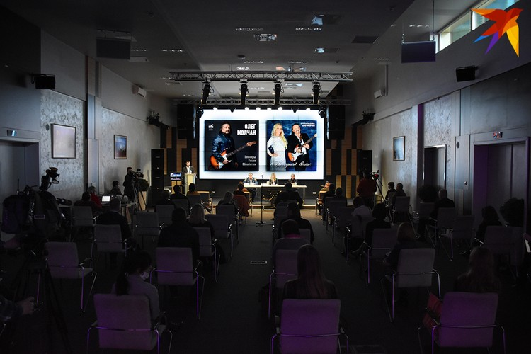 На презентации соблюдали безопасную дистанцию между креслами.
