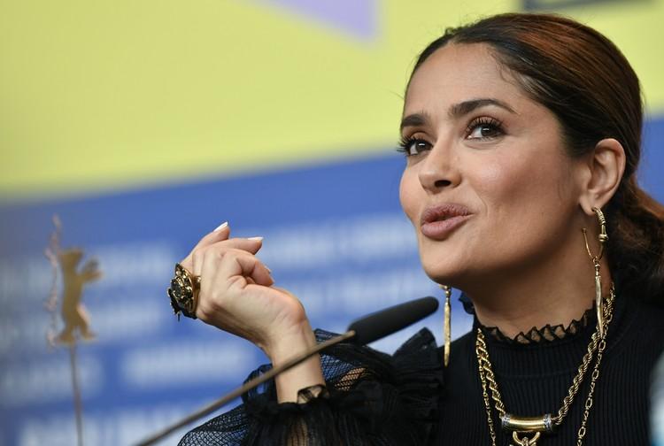 """Актриса на пресс-конференции фильма """"Неизбранные дороги"""" в Берлине."""