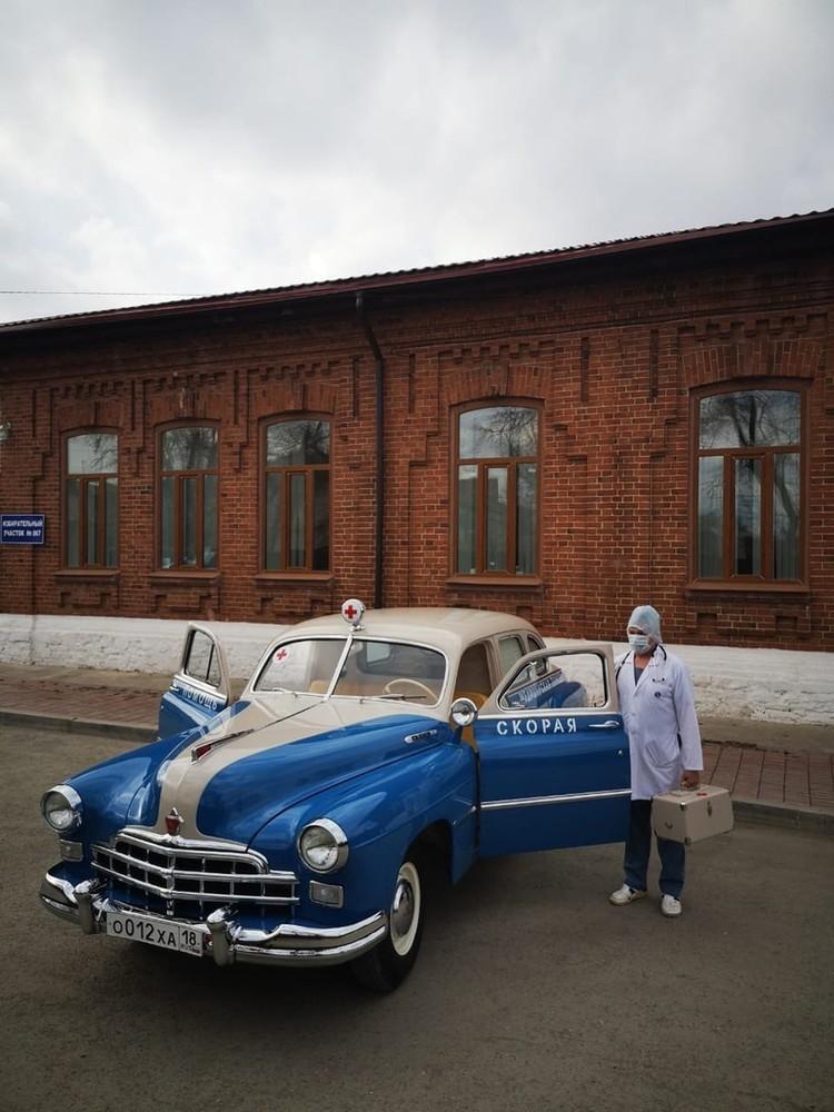Автомобиль покрасили под стиль скорой помощи советских времен. Фото: пресс-служба Сысертской ГКБ.