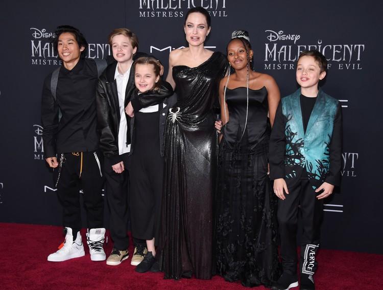 После развода Джоли стала меньше сниматься и больше времени проводить в Лос-Анджелесе. Поэтому у детей появилась возможность нормально учиться.