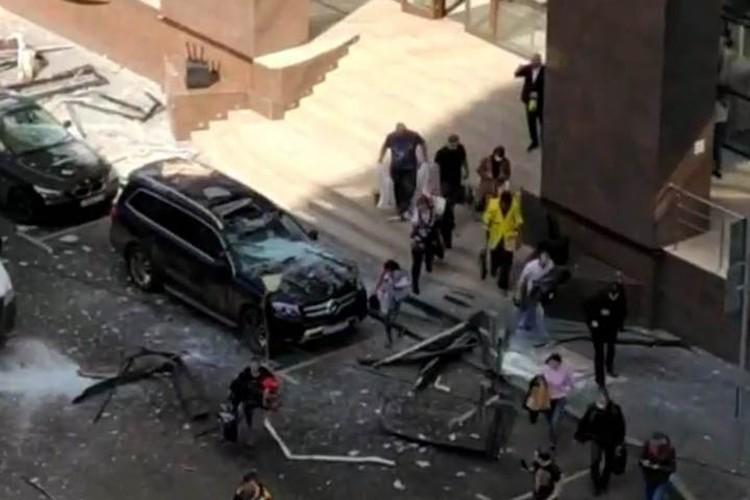 Часть из пострадавших находилась на улице. Люди получили раны от сколков выбитых окон.