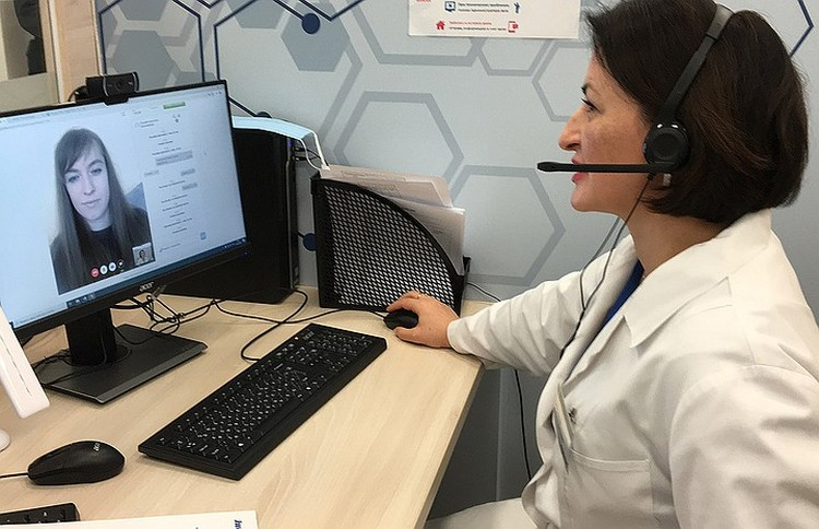 Общение врача-терапевта телемедицинского центра с пациенткой.