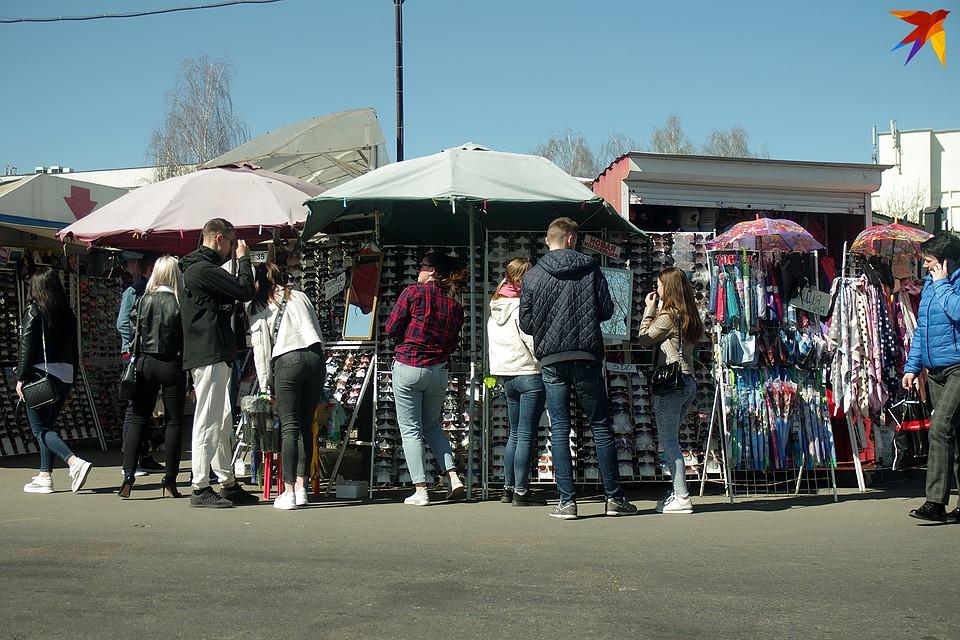Возле стоек с очками на рынке кучкуется народ. Фото: ИВАН ШИПОШИН