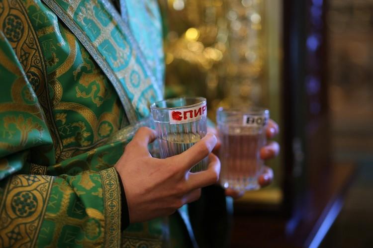 Все атрибуты дезинфицировали спиртом. Фото: Челябинская епархия