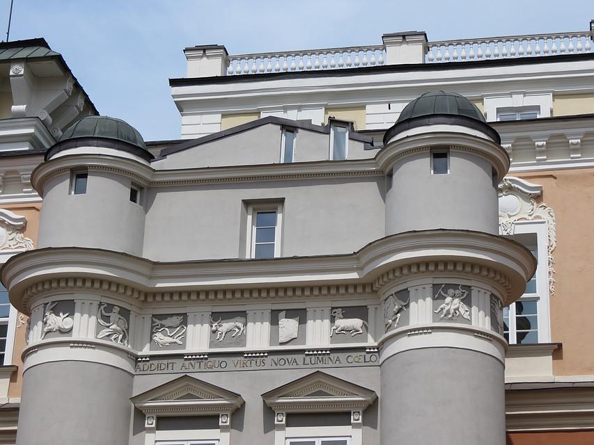 На фасаде обсерватории Виленского университета – знаки зодиака. Фото: Наталья СЛИЖ