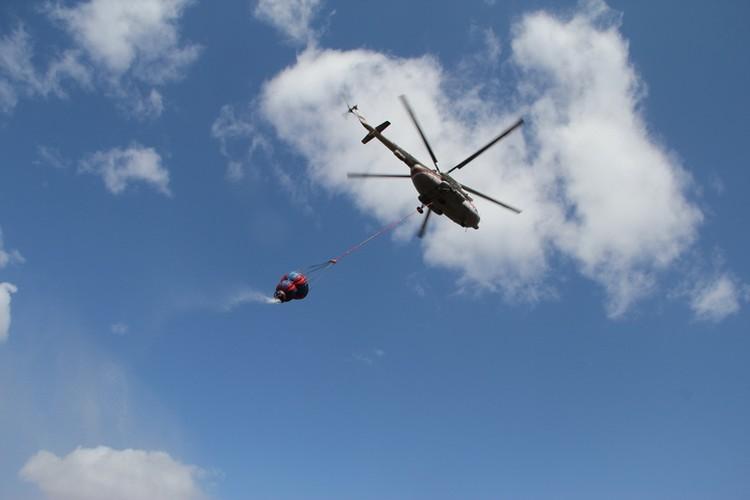 Авиаторы МЧС залили водой остров Большой Уссурийский: хабаровские спасатели готовятся к тушению пожаров при помощи вертолетов
