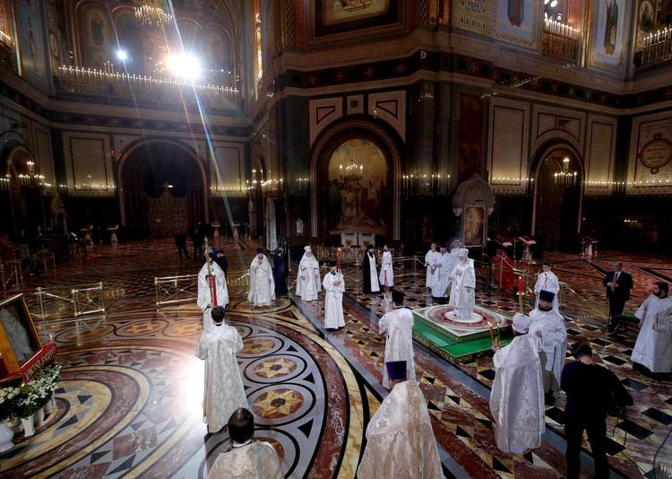 В Пасху мирян в храме не было. Верующих попросили молиться дома