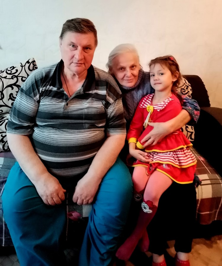 Владимир Фиошин с женой Валентиной и младшей внучкой Лизой