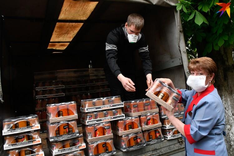 Сотрудники скорой помощи Краснодара принимают упаковки с консервами