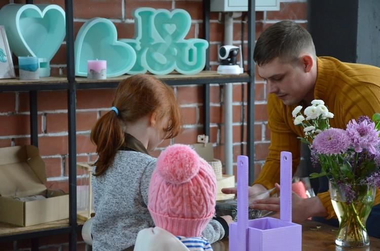 Дмитрий на цветочном мастер-классе для детей. Фото из личного архива героев материала.
