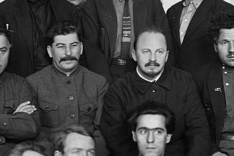 Иосиф Сталин и Николай Бухарин в группе делегатов IV Всесоюзного съезда Советов, 1927 год. Фотохроника ТАСС