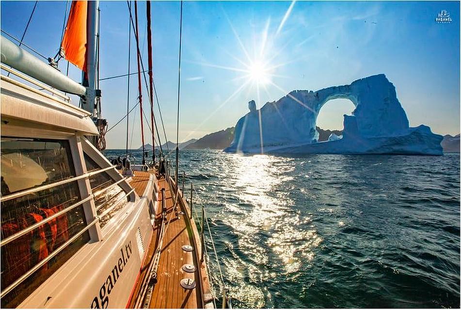 Яхта, волны, солнце. Фото: Денис Давыдов
