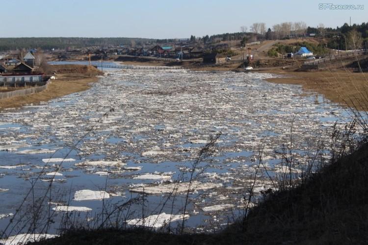 """Река Усолка 13 апреля 2020 года, ледоход. Фото: издание """"Сельский труженик""""."""