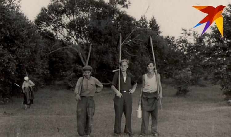 - Работы всегда было много: дрова пилить-колоть, вскапывать огород, навоз из хлева на огород таскать, козу пасти на погорелище, выкорчевывать замерзшие деревья в саду. И крышу ремонтировать на доме. Фото: архив.